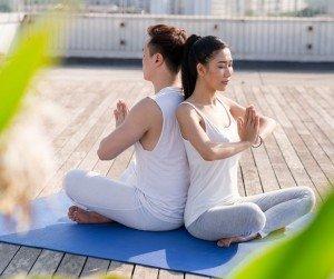 Mejores poses de yoga en pareja